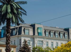 Hotel w Warszawie przy palmie